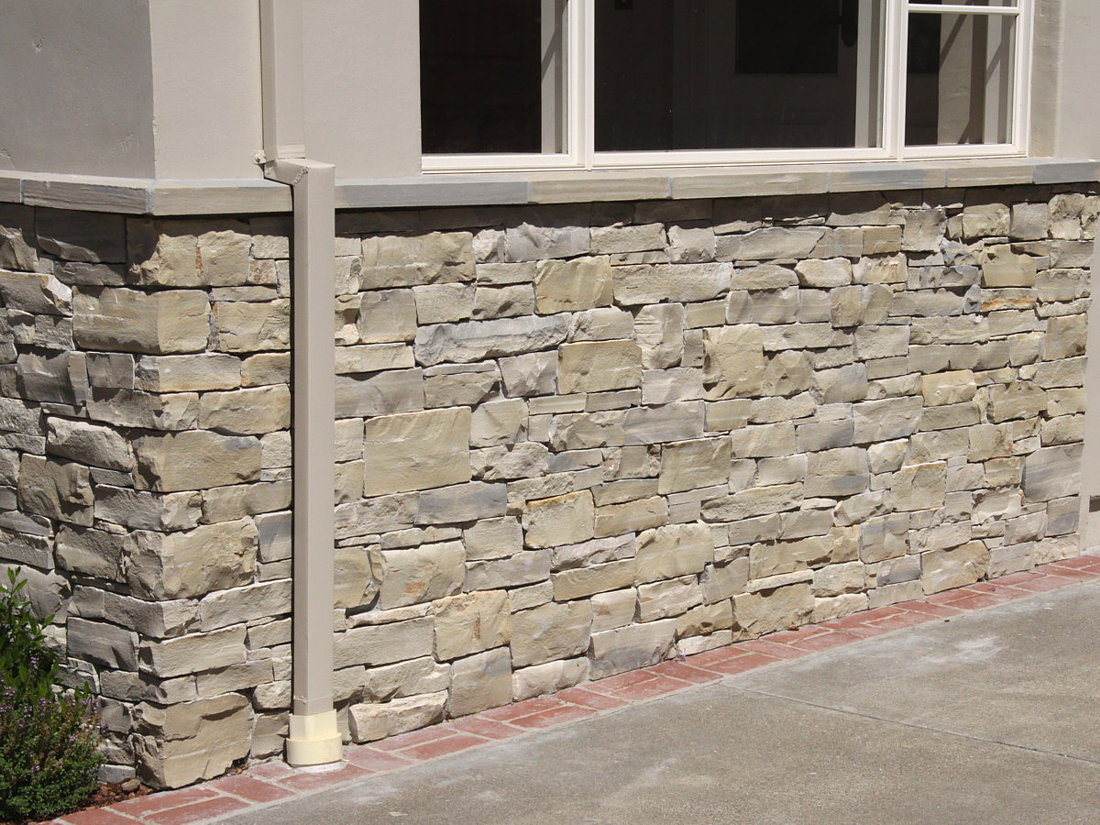 Lompoc Sills on top of a wall built with Lompoc Thin Veneer